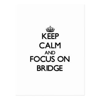 Guarde la calma y el foco en el puente tarjeta postal