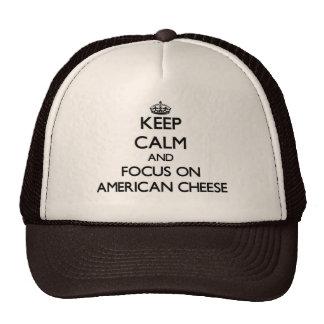 Guarde la calma y el foco en el queso americano gorros