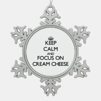 Guarde la calma y el foco en el queso cremoso adorno de peltre en forma de copo de nieve