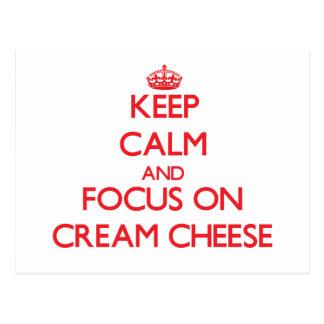 Guarde la calma y el foco en el queso cremoso tarjeta postal