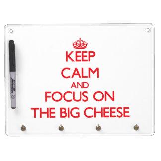 Guarde la calma y el foco en el queso grande pizarras blancas