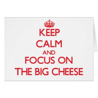 Guarde la calma y el foco en el queso grande tarjeta de felicitación
