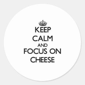 Guarde la calma y el foco en el queso pegatina redonda
