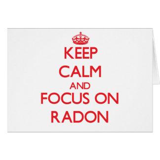 Guarde la calma y el foco en el radón tarjeta de felicitación