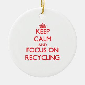 Guarde la calma y el foco en el reciclaje adorno navideño redondo de cerámica