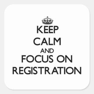 Guarde la calma y el foco en el registro calcomanía cuadradas
