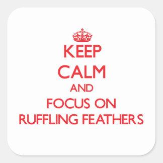Guarde la calma y el foco en el rizado de plumas pegatina cuadrada