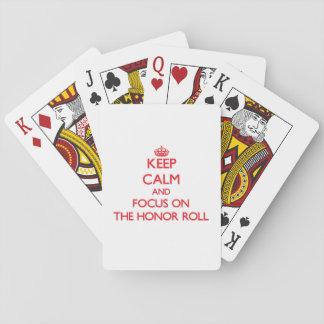 Guarde la calma y el foco en el rollo de honor barajas de cartas