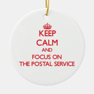 Guarde la calma y el foco en el servicio postal adorno redondo de cerámica