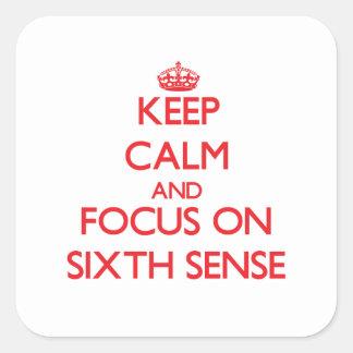 Guarde la calma y el foco en el sexto sentido pegatina cuadradas personalizada