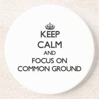 Guarde la calma y el foco en el terreno común posavaso para bebida
