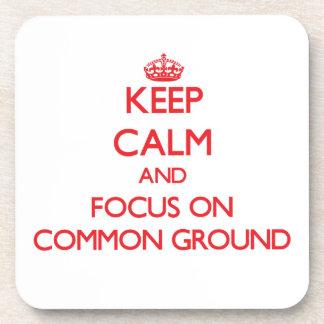 Guarde la calma y el foco en el terreno común posavaso