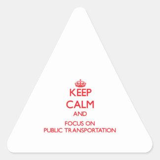 Guarde la calma y el foco en el transporte público pegatina triangular