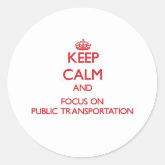 Guarde la calma y el foco en el transporte público pegatina redonda