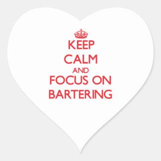 Guarde la calma y el foco en el trueque pegatina de corazón