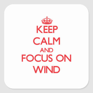 Guarde la calma y el foco en el viento pegatina cuadrada