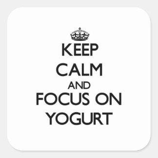 Guarde la calma y el foco en el yogur pegatina cuadrada