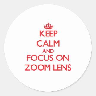Guarde la calma y el foco en el zoom etiqueta redonda