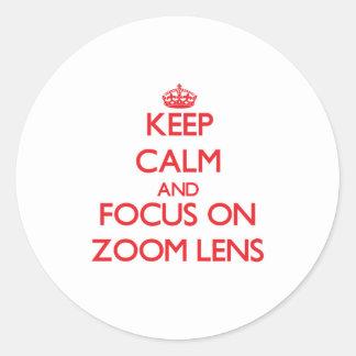 Guarde la calma y el foco en el zoom pegatinas redondas