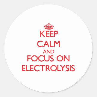 Guarde la calma y el foco en ELECTRÓLISIS Pegatinas Redondas