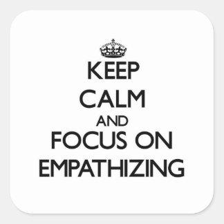 Guarde la calma y el foco en EMPATHIZING Calcomanía Cuadradas