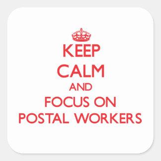 Guarde la calma y el foco en empleados de correos calcomanías cuadradases
