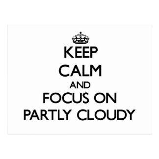 Guarde la calma y el foco en en parte nublado postal