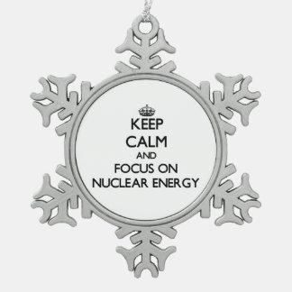 Guarde la calma y el foco en energía nuclear adorno de peltre en forma de copo de nieve