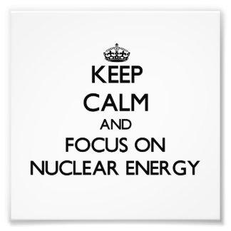 Guarde la calma y el foco en energía nuclear arte con fotos