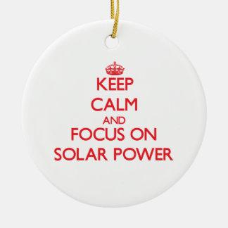 Guarde la calma y el foco en energía solar adorno navideño redondo de cerámica