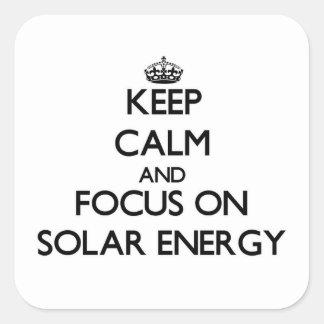 Guarde la calma y el foco en energía solar pegatina cuadrada