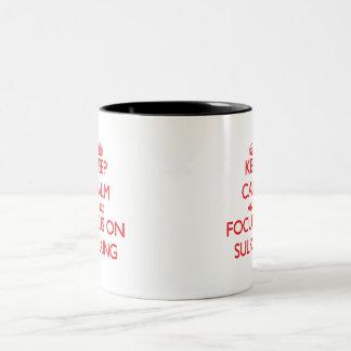 Guarde la calma y el foco en enfurruñarse taza dos tonos