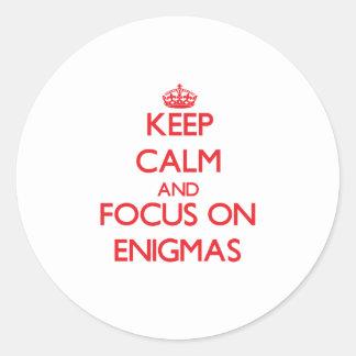 Guarde la calma y el foco en ENIGMAS Etiquetas Redondas