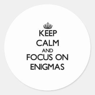 Guarde la calma y el foco en ENIGMAS Pegatinas Redondas