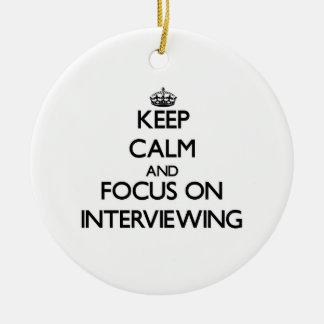 Guarde la calma y el foco en entrevistarse con ornamento de navidad