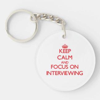 Guarde la calma y el foco en entrevistarse con llavero redondo acrílico a una cara