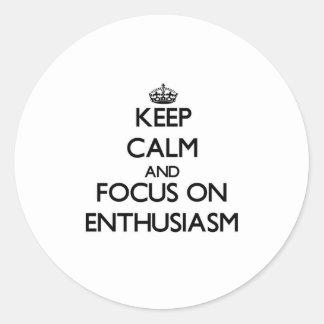 Guarde la calma y el foco en entusiasmo etiqueta redonda