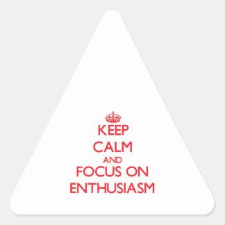 Guarde la calma y el foco en entusiasmo calcomania de triangulo
