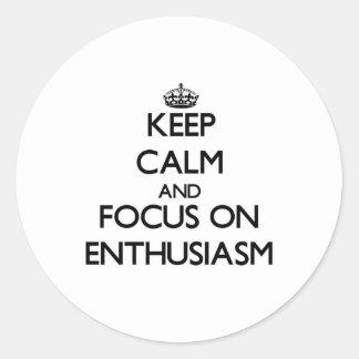 Guarde la calma y el foco en entusiasmo pegatina redonda