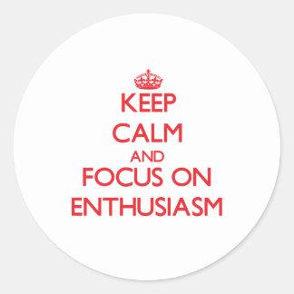 Guarde la calma y el foco en entusiasmo pegatinas redondas