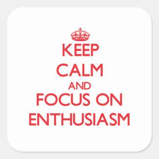 Guarde la calma y el foco en entusiasmo calcomanía cuadradas personalizadas