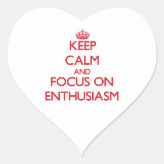 Guarde la calma y el foco en entusiasmo pegatina en forma de corazón