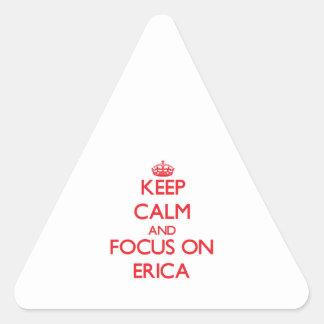 Guarde la calma y el foco en Erica Pegatina Triangular