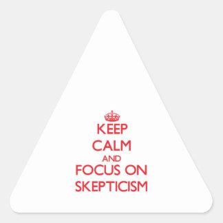 Guarde la calma y el foco en escepticismo calcomanías trianguloes