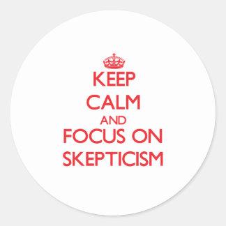 Guarde la calma y el foco en escepticismo etiquetas redondas