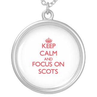 Guarde la calma y el foco en escocés colgante personalizado