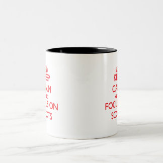 Guarde la calma y el foco en escocés taza de café