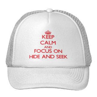 Guarde la calma y el foco en escondite gorros bordados