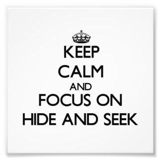 Guarde la calma y el foco en escondite fotos