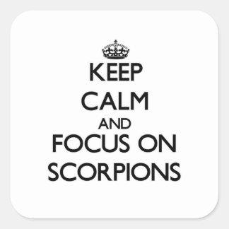 Guarde la calma y el foco en escorpiones calcomania cuadrada personalizada